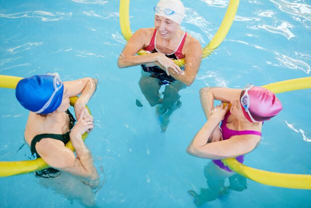 Cómo ayuda a la salud de los mayores el ejercicio en el agua